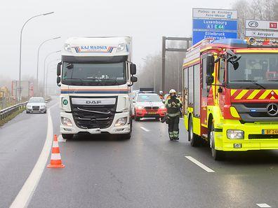 Der LKW erfasste am Morgen einen Mann auf der Autobahn A1. Das Opfer verstarb.