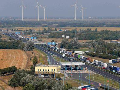 Sur une autoroute autrichienne, les camions font la queue pour passer au contrôle policier, non loin de la frontière hongroise. Les bouchons peuvent atteindre 50 km.