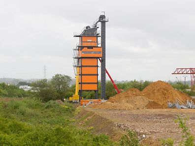 Von weithin sichtbar: der Mischturm der zukünftigen Asphaltfabrik.