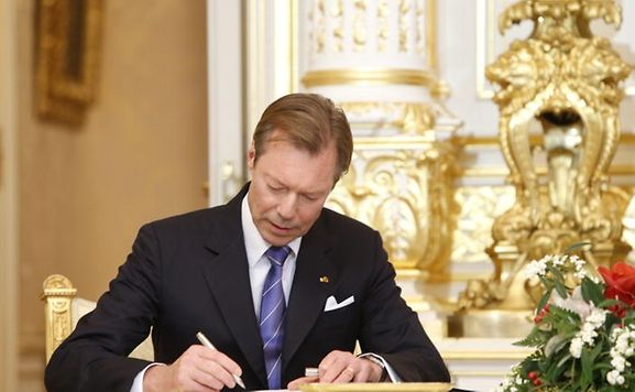 Luxembourg's Grand Duke Henri is to attend Nelson Mandela's funeral on Tuesday