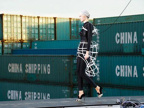 Angeseilt über Container stöckeln - was ein Model heutzutage alles können muss ...