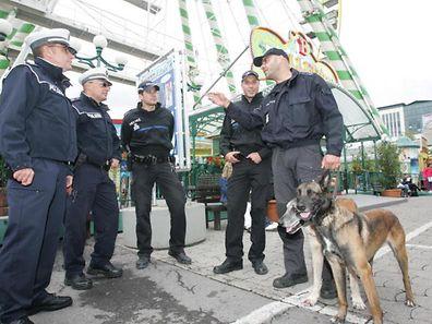 Les policiers de la Fouer ont finalement arrêté deux personnes agressives.