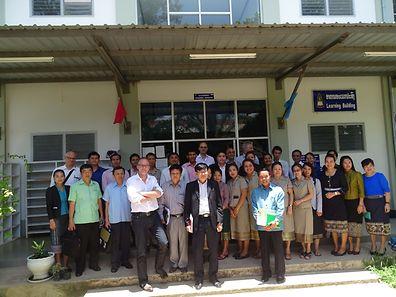 Zuletzt im Mai dieses Jahres reiste Stefan Braum (1. Reihe, 4. v.l.) nach Vientiane, hier mit der Belegschaft der Rechtsfakultät der laotischen Nationaluniversität.