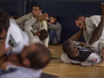 Des jeunes du monde entier viennent à Rio de Janeiro apprendre le jiu-jitsu brésilien, un art martial peu connu mais en passe de devenir un produit d'exportation recherché.