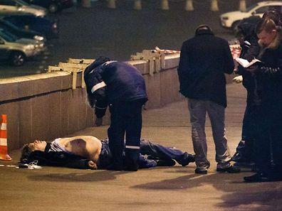 Les enquêteurs de la police russe inspectent le corps de Boris Nemtsov, non loin du Kremlin. Nemtsov était un opposant au président Vladimir Poutine. Il a été assassiné dans la soirée de vendredi. Un acte condamné par la communauté internationale.