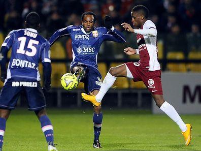 Bouna Sarr du FC Metz (à.d.) et Evian's Kassim Abdallah.