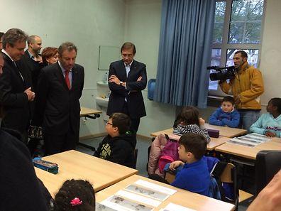 O primeiro-ministro de Portugal esteve esta manhã na escola do Brill, em Esch-sur-Alzette. Numa visita em que esteve acompanhado pelo ministro da Educação de Portugal, Nuno Crato, e pelo ministro da Educação do Luxemburgo.