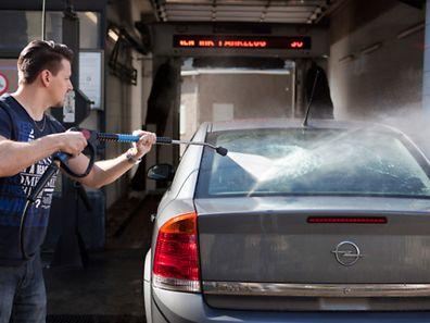 Gute Vorarbeit: Bevor man sein Auto in die Waschstraße fährt, sollte man den groben Winterdreck mit dem Hochdruckreiniger entfernen.