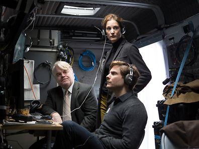 Vicky Krieps (stehend) spielt an der Seite des inzwischen verstorbenen Philip Seymour Hoffman (l.) und Daniel Brühl.