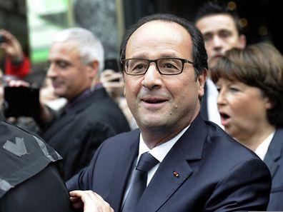 François Hollande wurde möglicherweise von einem Angestellten heimlich abgelichtet, als er mit seiner Partnerin Julie Gayet auf der Terrasse des Palasts an einem Tisch saß.