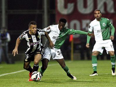 Marçal (esquerda), disputa a bola com Carlos Mané, autor do golo do empate na Madeira