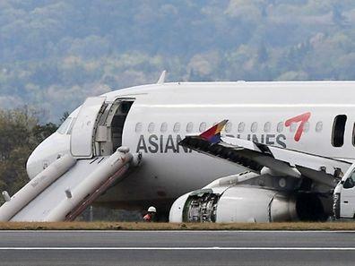 300 mètres avant le tarmac, l'avion a heurté de plein fouet une antenne de communication qui a volé en éclats.