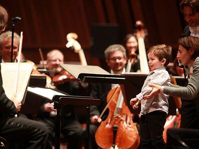 """Erwachsene und Kinder konnten sich bei der """"Orchestramania"""" als Orchesterdirigent versuchen."""