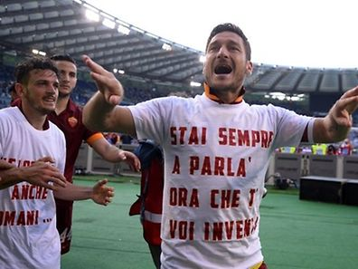 Roma's forward Francesco Totti (C) celebrates with teammates after winning 1-2  the Italian Serie A football match Lazio vs AS Roma on May 25, 2015 at the Olimpic stadium in Rome.      AFP PHOTO / FILIPPO MONTEFORTE