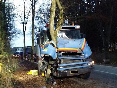 Der Lastwagen wurde bei dem Aufprall gehörig demoliert.