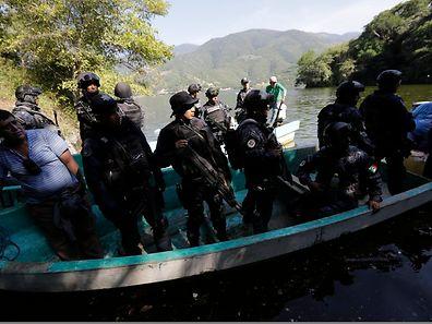 Die mexikanische Polizei sucht einen Fluss nach den vermissten Studenten ab.