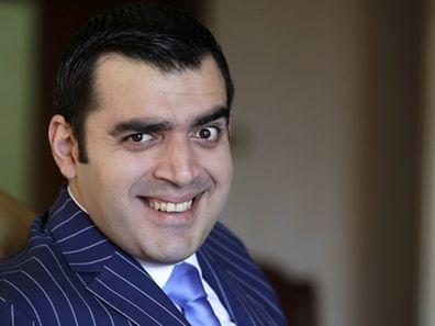 """L'Irakien Ahmad al-Basheer, animateur du """"Basheer Show"""", pose pour une photo le 29 juillet dans son studio situé dans la capitale jordanienne Amman."""