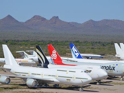 Neu und alt beieinander: Auf diesem Flugplatz in der Wüste von Arizonas war zwischen März und Juli eine fabrikneuer Jumbo der Cargolux eingelagert. Die 747 soll Ende des Jahres ausgeliefert werden. Plastikfolien schützen die empfindlichen Teile des Flugzeugs vor dem Wüstensand.