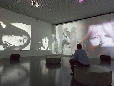 """""""Exploding Plastic Inevitable"""" (1965), une oeuvre totale de Andy Warhol mêlant dispositifs audio et vidéo, sur fond de musique du Velvet Underground."""