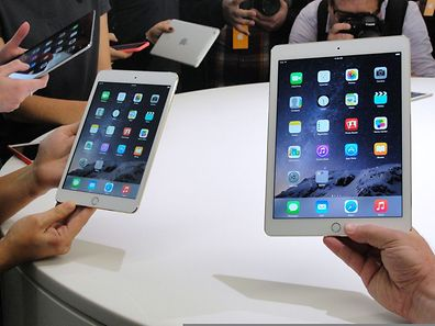 People look at the new  iPad Mini 3 (L) and iPad Air 2 (R) on October 16, 2014 during an event unveiling the company's new iPad line in Cupertino, California