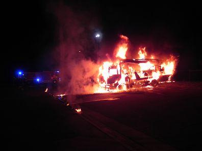 Das Abschleppfahrzeug brannte komplett aus.