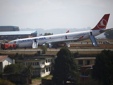 Das Flugzeug kam erst nach dem Ende der Landebahn zum Stehen.