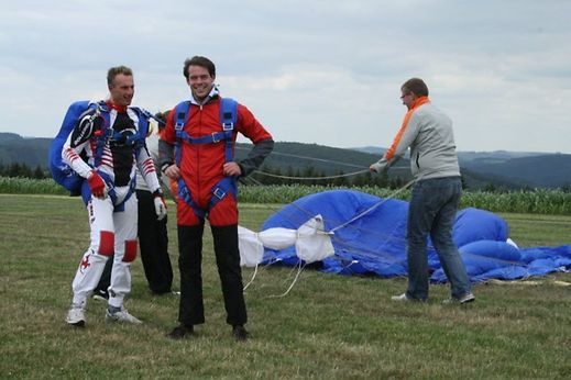 Prinz Félix kurz nach seiner Landung: Es war sein erster Fallschirmsprung.