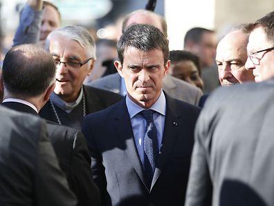 Le Premier ministre français, Manuel Valls, sur le parvis d'une église à Villejuif, le 22 avril