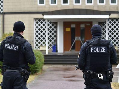 Vor der Bremer Synagoge bezog die Polizei Stellung.