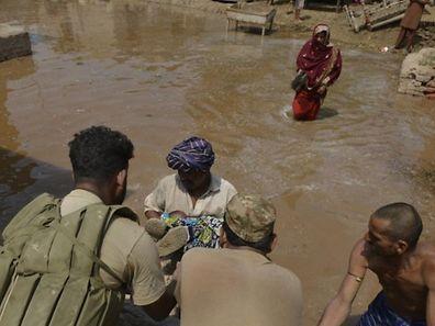 Bateaux et hélicoptères se relayent pour évacuer des habitants réfugiés sur les toits, d'autres enfin, moins touchés, où des familles entières fuyaient, de l'eau jusqu'aux cuisses.