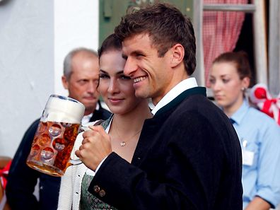 Thomas Mueller of German Bundesliga first division club FC Bayern Munich and his wife Lisa pose as they arrive at the Oktoberfest in Munich, Germany September 30, 2015.  REUTERS/Michael Dalder