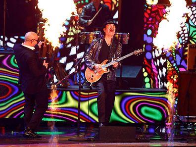"""Carlos Santana (re.) und Pitbull performten den Song """"Oye Como Va"""" - und spielten mit dem Feuer"""