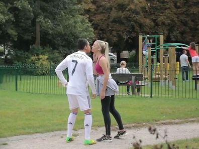 Joe Weller a réussi à glaner un baiser furtif...