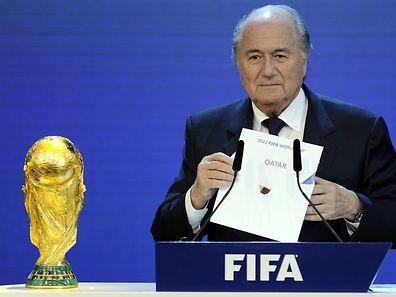Sepp Blatter espère que le Mondial 2022 aura lieu en hiver. Mais ce choix ne fait pas l'unanimité.