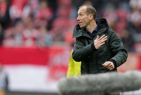 Fußballtrainer : Strasser verbrachte die Nacht im Krankenhaus