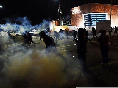 Die Polizei geht gegen gewaltsame Demonstranten vor, die sich empört über die Gerichtsentscheidung zeigen.