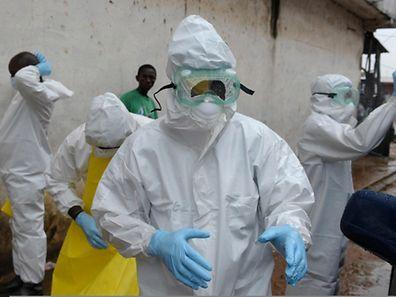 Medizinische Hilfskräfte tragen Schutzkleidung, um sich nicht mit dem Virus anzustecken.