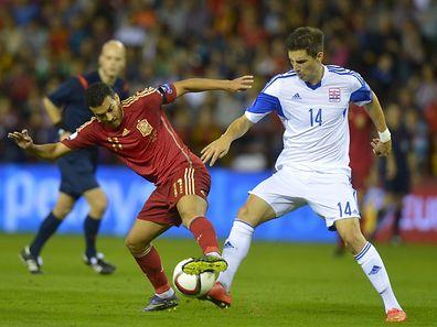 Malget tente d'arracher un ballon à Perdo. Le Dudelangeois n'a fait aucun complexe face aux stars espagnoles.