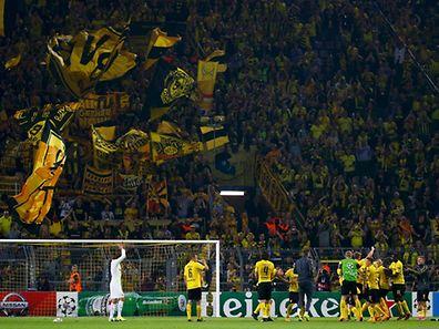 Gemeinsam mit den Fans feierten die Spieler vor der Südtribüne den Sieg.