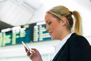 Bisher durften Flugpassagiere ihre Handys zwar im Terminal benutzen, aber nicht an Bord.