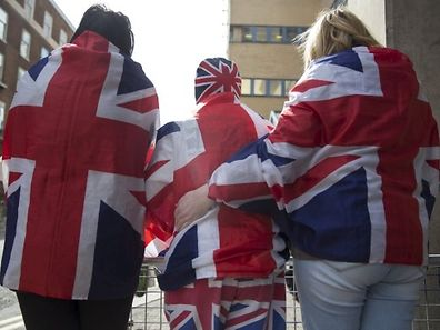 Zahlreiche Fans waren in patriotischen Kostümen vor dem Krankenhaus erschienen.