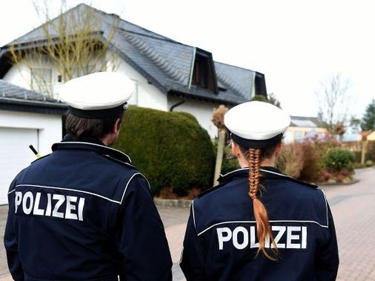 Polizisten stehen vor dem Elternhaus des Co-Piloten im rheinland-pfälzischen Montabaur.