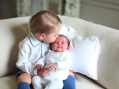 Prinzessin Charlotte in den Armen ihres Brudes George.