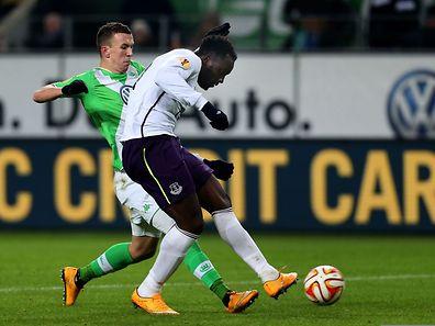 Romelu Lukaku (r.) zieht an Wolfsburgs Ivan Perisic, um Everton mit 1:0 in Führung zu bringen.