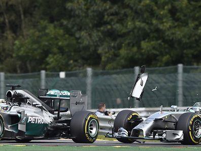 Lewis Hamilton (l.) und Nico Rosberg kollidierten bereits in der zweiten Runde.