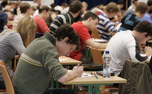 Les élèves de l'enseignement secondaire classique passeront leurs épreuves écrites de l'examen de fin d'études secondaires en un coup en 2014.
