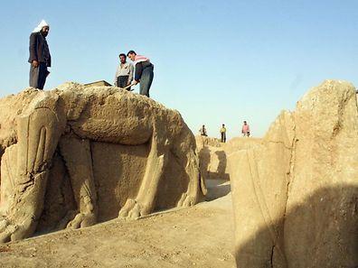 """Photo d'archives des vestiges archéologiques de Nimroud, que les """"djihadistes"""" détruisent aujourd'hui au bulldozer."""
