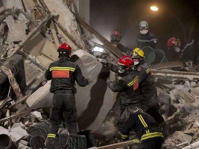 Toute la nuit, à la lumière de puissants projecteurs, quelque 70 sauveteurs se sont activés comme un seul homme au milieu des décombres de l'immeuble décharné, dans le grondement des tractopelles et les bip-bips de leurs manoeuvres.