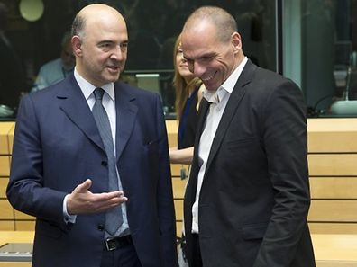 European Economic and Monetary Affairs Commissioner Pierre Moscovici (L) talks with Greek Finance Minister Yanis Varoufakis (R) during a Eurozone finance ministers emergency meeting on the situation in Greece in Brussels, Belgium June 25, 2015. Greece's international creditors gave Athens an ultimatum to come up with a credible reform plan on Thursday warning they would otherwise put their own proposals to euro zone finance ministers for approval, a euro zone official said.   REUTERS/Philippe Wojazer