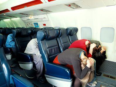 """Bei einer Notlandung müssen die Passagiere die so genannte """"Brace""""-Position einnehmen, um sich vor Trümmerteilen und dem Aufprall zu schützen."""
